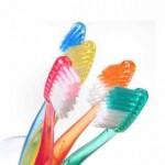 Zahnbürsten mit mittlerem Härtegrad sind optimal für Zähne und Zahnfleisch.